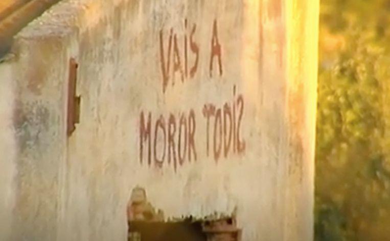 Op een gevel van het huis waar het koppel woont, staat in rode letters 'je gaat dood'.