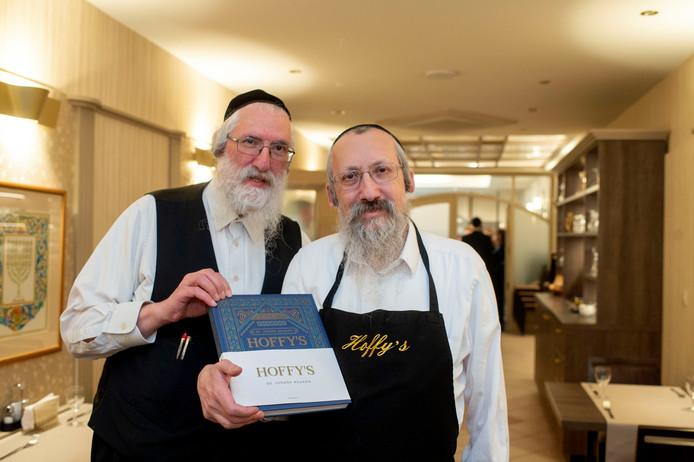 De broers Hoffman met hun kookboek over de joodse keuken.