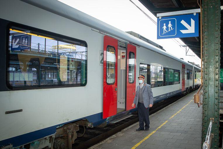 Een veelbesproken maatregel die de superkern afgelopen weekend genomen heeft is de Rail Pass met tien gratis ritten. De redenering was dat de treinen toch rijden en dat het dus geen extra meerkost met zich mee zou brengen. Maar van dat laatste is de regering nog niet zo zeker.