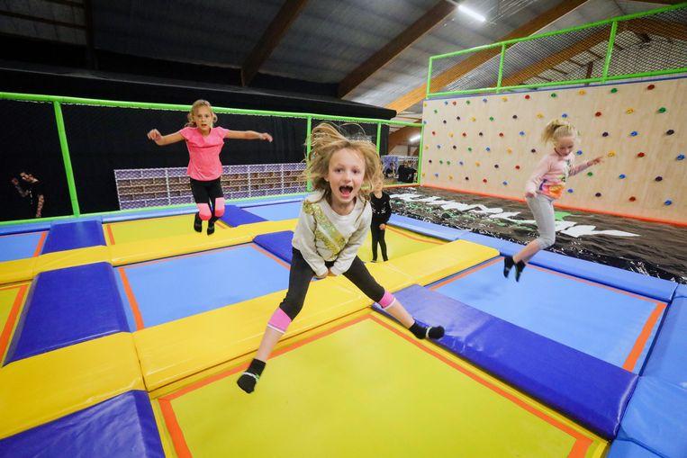Springende kinderen in het indoortrampolinepark Jumplay in Gistel.