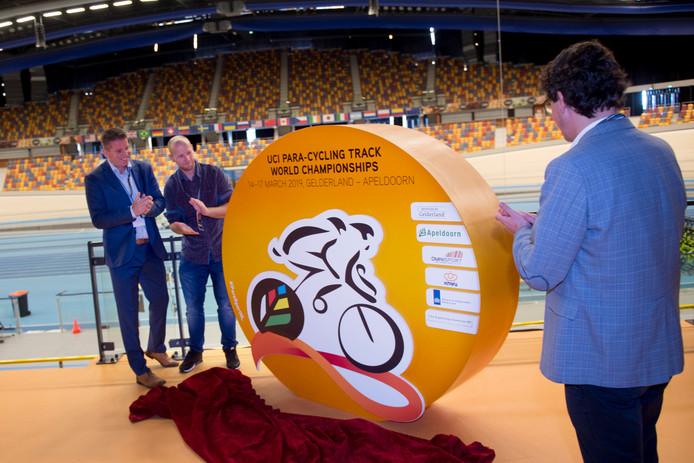 Erik Kerstens van The Organizing Connection, toernooidirecteur Teun Mulder en sportwethouder Nathan Stukker van Apeldoorn onthullen het logo van het WK Pracycling dat van 14 tot en met 17 maart 2019 in het Apeldoornse Omnisport wordt gehouden.