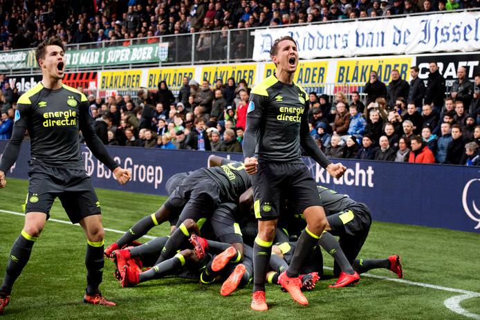 Marco van Ginkel en Luuk de Jong vieren feest met het uitvak van PSV, terwijl de rest van PSV in Zwolle over elkaar heen rolt.