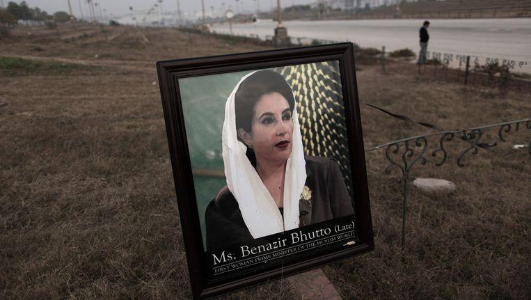 Een portret van ex-premier Benazir Bhutto. Beeld ap