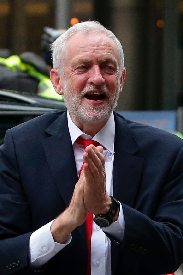 Jeremy Corbyn komt aan bij het hoofdkantoor van de Labour-partij. Beeld afp