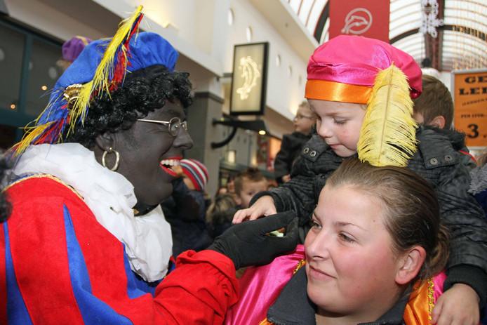 De eerste Zwarte Pieten kijken zaterdag al of Hellevoetsluis klaar is voor Sinterklaas.