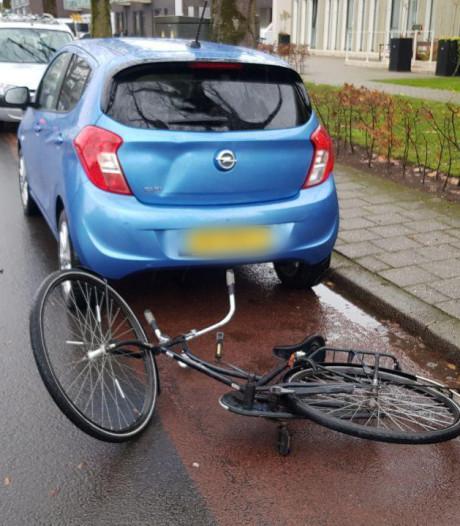 Fietser knalt achter op auto in Aalten