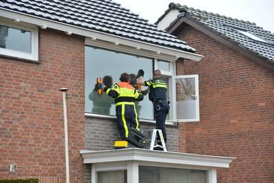 Brandweer verwijdert raam slaapkamer in Prinsenbeek om bewoner naar ziekenhuis te kunnen brengen