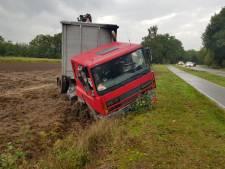 Chauffeur voorkomt frontale aanrijding in Neede, vrachtwagen in de sloot