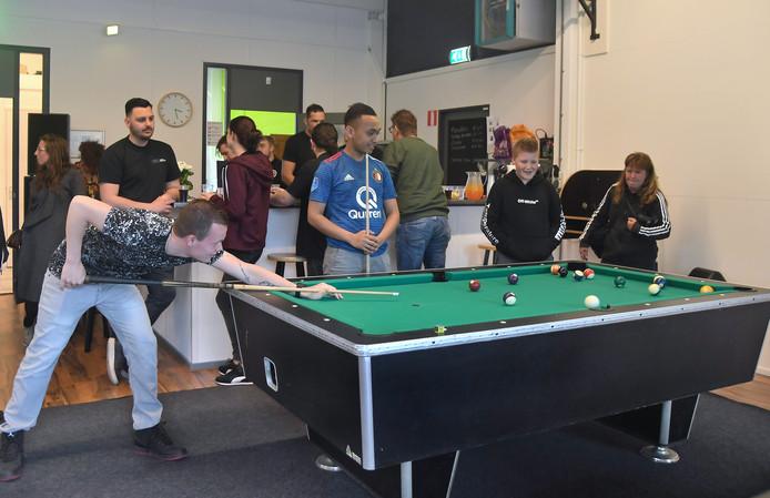 Jack van der Schoor (links) speelt snooker in het nieuwe jeugdhonk voor de jeugd van Dauwendaele: Second Base.