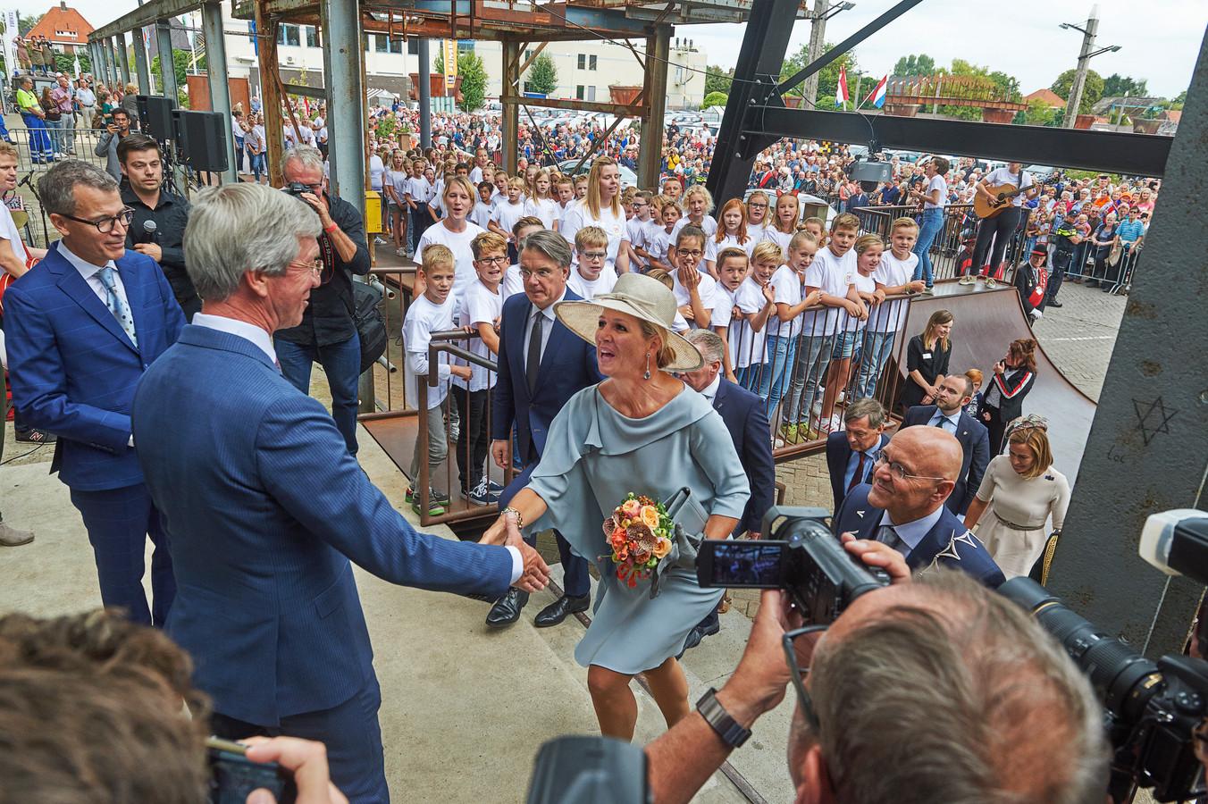 Koningin Maxima wordt welkom geheten door Martien van den Hoven van de stichting Cultuurfabriek, theaterdirecteur Harry Vermeulen (links), burgemeester Kees van Rooij (rechts) en Commissaris van de Koning Wim van de Donk.