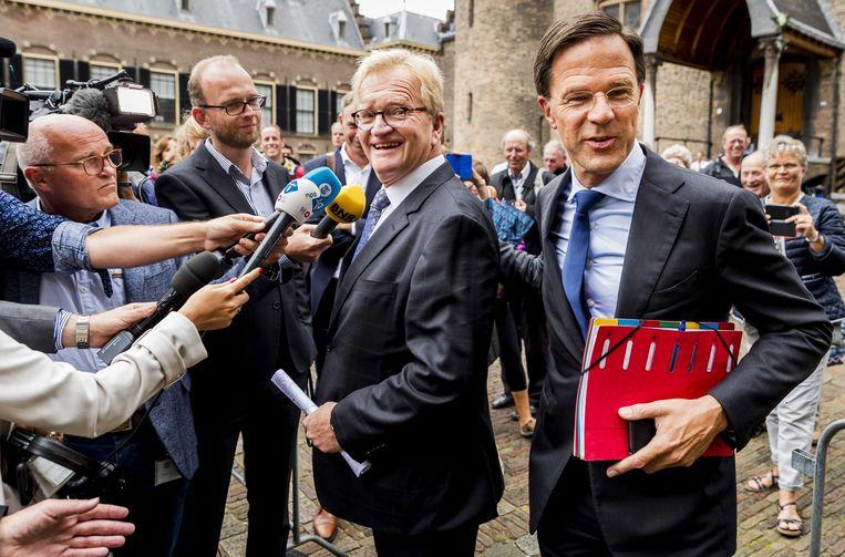 September 2017: in formatietijd passeert premier Rutte VNO-NCW-voorman Hans de Boer, die een bezoek bracht aan de formerende partijen.  Beeld ANP