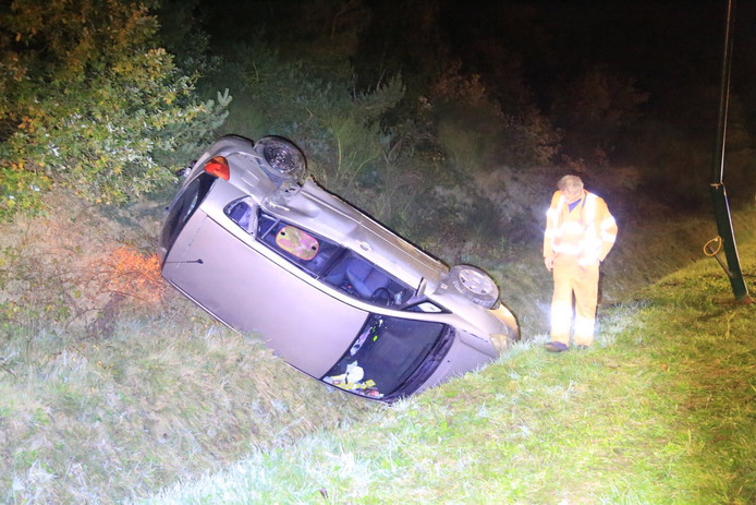 Auto in de sloot langs N279.