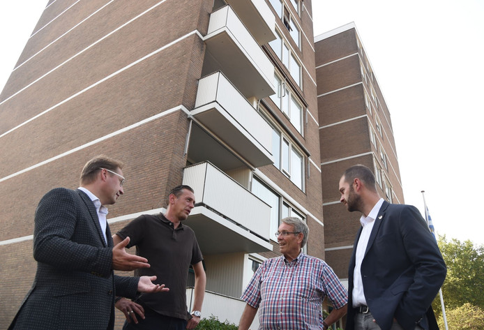 Vlnr: Jeroen van Ooijen (Entraz), Chris de Ridder (ISVB), bewoner Kees Kouwenberg en Jan-Willem de Hoop (Entraz).