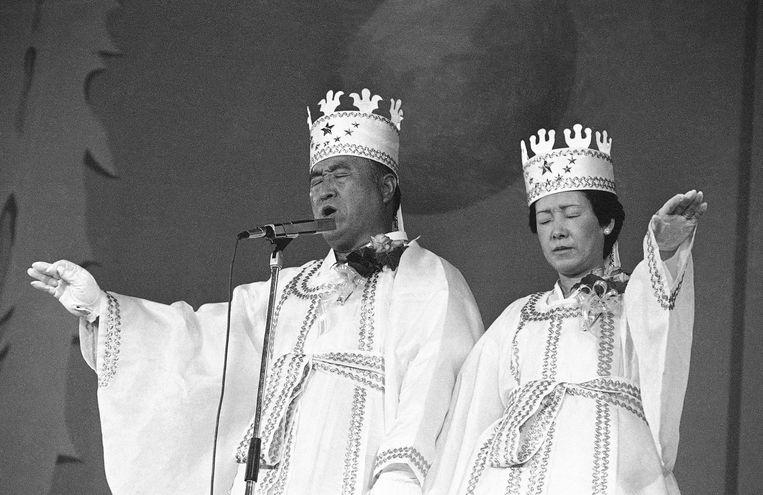 Sun Myung Moon (links) en zijn vrouw Hak Ja Han spreken hun zegen uit tijdens een massahuwelijk.