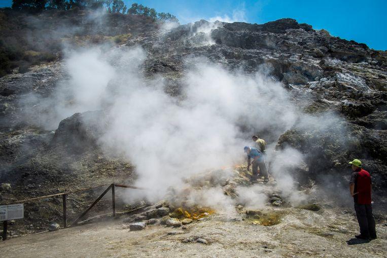 Onderzoekers van het Italiaanse Vulkanologische Instituut verrichten metingen bij de Campi Flegrei.