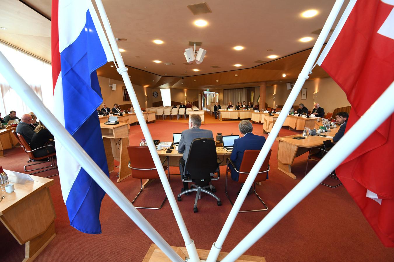 Burgemeester De Boer van Lienden tijdens de recente vergadering van de gemeenteraad.