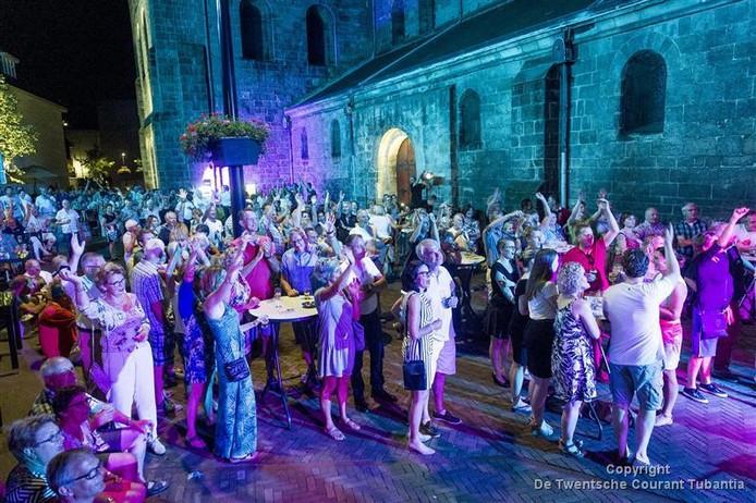 De kerk wordt met kleuren verlicht tijdens het ABBA-concert