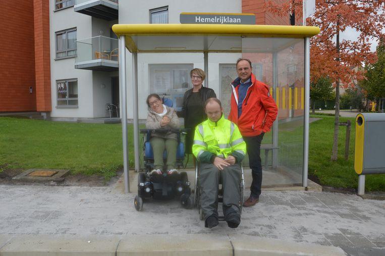 Robin Hautier en zijn vriendin Emma Burssens met Leen Lankester van ADO Icarus en schepen Jan De Nul bij een aangepaste bushalte in de Hemelrijklaan.