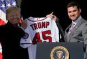 Ryan Zimmerman geeft president Trump een shirt met zijn naam erop.