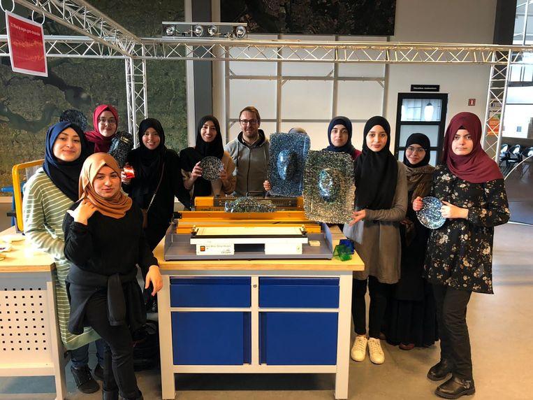 De meisjes tonen trots hun creaties in het Plastic Lab