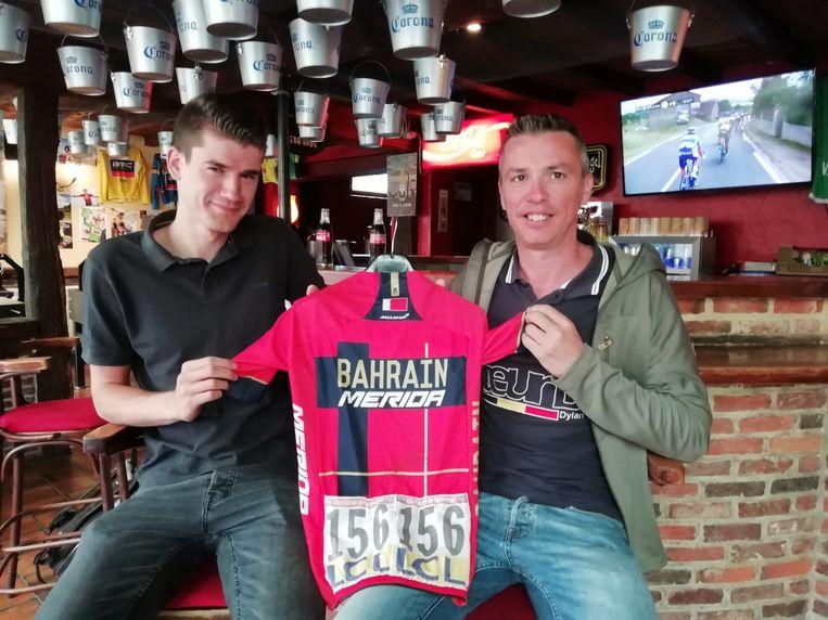 Trainingspartner Brecht Ruyters en supporter Nico Cortoos tonen het shirt waarin Dylan een etappe won in de Dauphiné, eerder dit jaar.