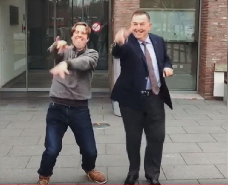 Burgemeester Karlos Callens en zoon Pieter haalden hun beste moves boven voor de clip.