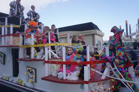 De kindercarnavalstoet trekt door het centrum van Oostende.