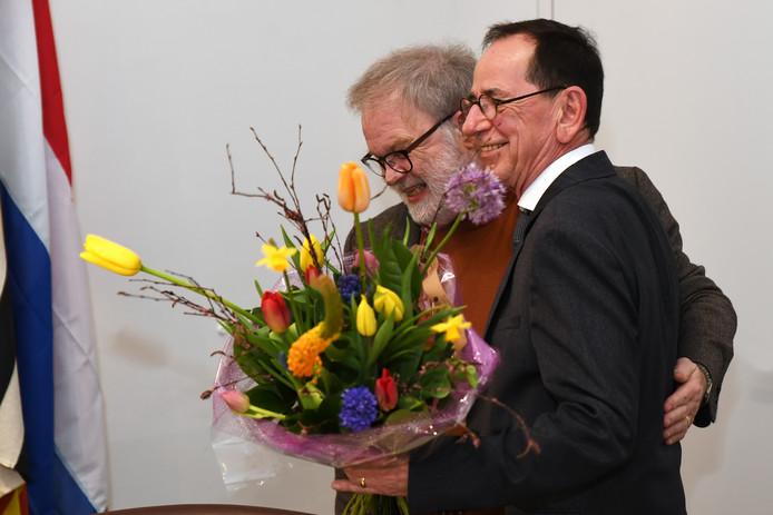 Wisseling van de wacht in het college van Loon op Zand: wethouder Wil Ligtenberg (links) maakt plaats voor zijn opvolger en partijgenoot Jan Brekelmans van Voor Loon.