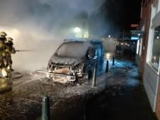 Bestelbus uitgebrand in Steenbergen, ook schade aan naastgelegen pand