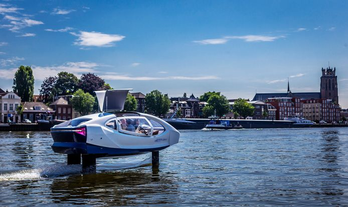 De Seabubble zweeft tijdens een proefvaart met 40 kilometer per uur over het water van de Oude Maas.