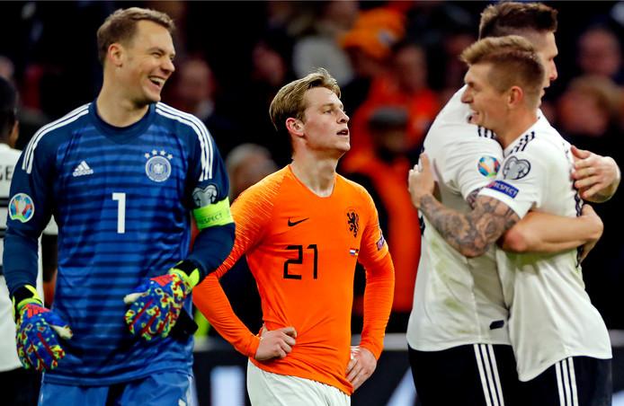 Frenkie de Jong baalt na de nederlaag terwijl de Duitsers kunnen lachen.