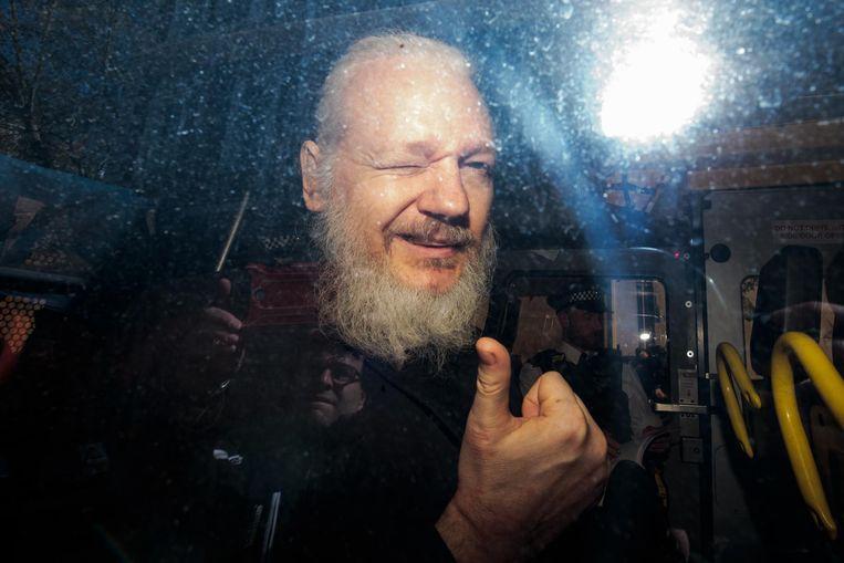 Julian Assange bij aankomst aan de rechtbank donderdag in Londen.