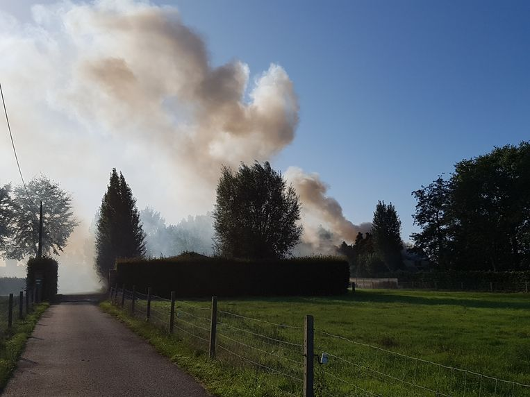 Toen buurtbewoners de brand opmerkten, stond het huis al in lichterlaaie. De rook was veel kilometers ver te zien.