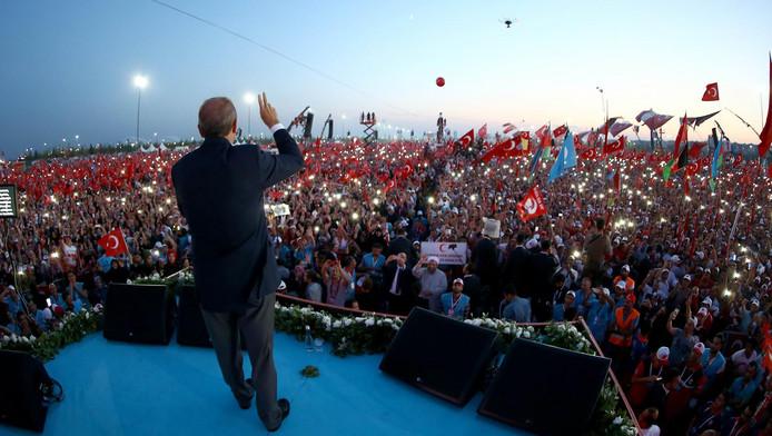 Ruim een miljoen Turken verzamelden zich zondag op verzoek van president Recep Tayyip Erdogan in Istanbul om hun verontwaardiging over de couppoging te onderstrepen.