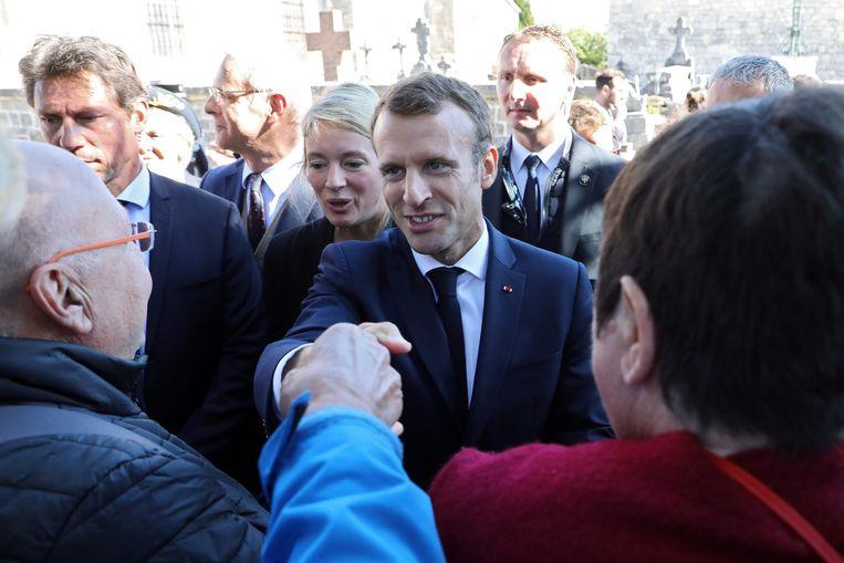 De Franse president Emmanuel Macron begroet het publiek tijdens een bezoek aan het graf van de voormalige Franse president  General de Gaulle in Colombey-les-Deux-Églises.