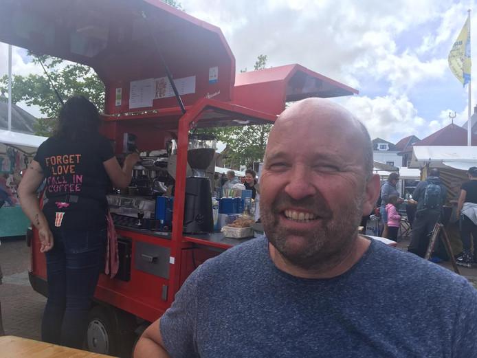 Rogier Engels van Trots Event Concepts bij de baristakraam op de Zomermarkt in Brouwershaven. Hij wil de markt in die stad, samen met Ondernemersvereniging Brouwershaven, naar een hoger plan tillen