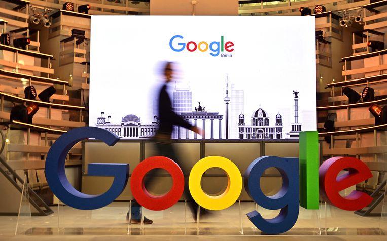 Tijdens de openingsdag van een nieuw Berlijns kantoor van Google in Berlijn passeert een technicus het beroemde logo van de Amerikaanse internetzoekgigant Google. Beeld AFP