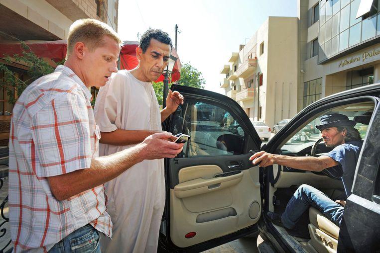 Remco Andersen praat in Tripoli met het verzet. Hij is op zoek naar het front. Beeld Guus Dubbelman / de Volkskrant