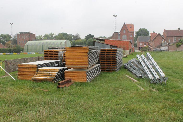 De materialen voor de bouw van de feestzaal staan klaar.