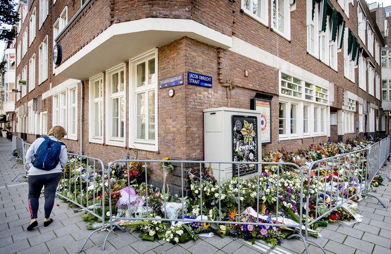Mensen leggen daags na de liquidatie bloemen neer bij het advocatenkantoor van de doodgeschoten Derk Wiersum.