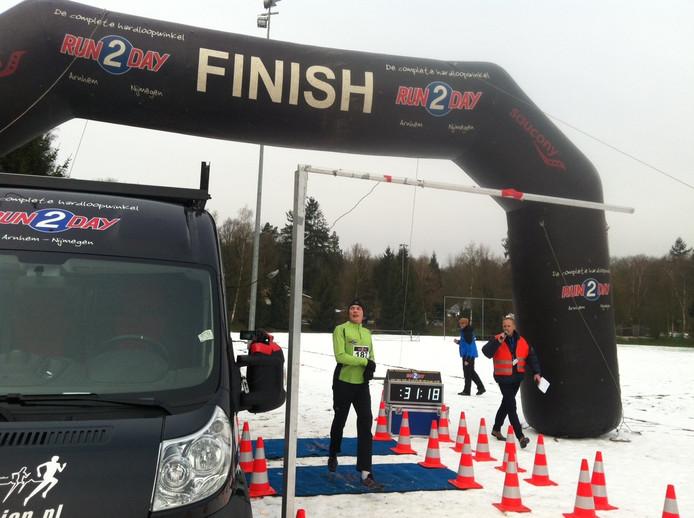 De winnaar van de eerste editie van de Gelre Jutberg Trail passeert de finish op de Veluwezoom.