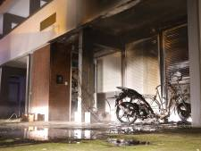 Buurman blust met tuinslang scooterbrand in Oss, veel schade aan woning