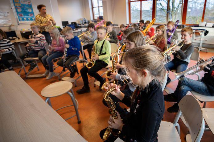 Art4U-docent Miranda Dijkstra geeft een blazersklas in groep 6 van basisschool Sint Jan Baptist in Veldhoven.
