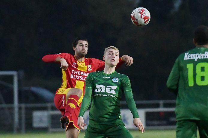 Gino Bosz namens Go Ahead Eagles in duel met Matthijs van Nispen van Jong de Graafschap