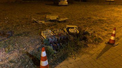 Jonge bestuurster vernielt elektriciteitskast en komt tot stilstand op grasplein