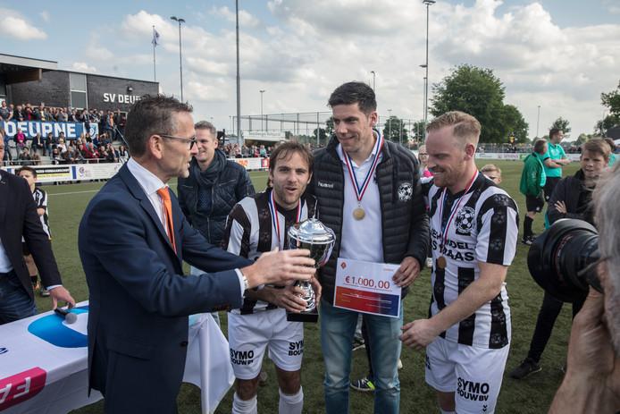Bart van Berlo neemt de gewonnen beker in ontvangst