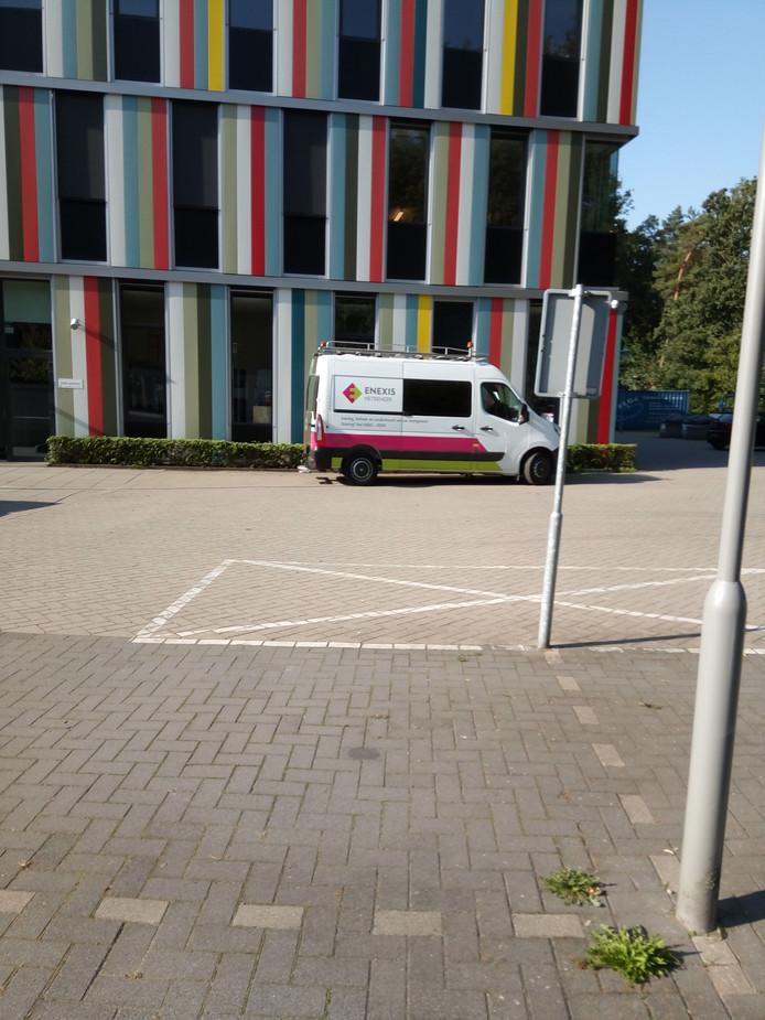 Een busje van Enexis bij het ZuidWestHoek College