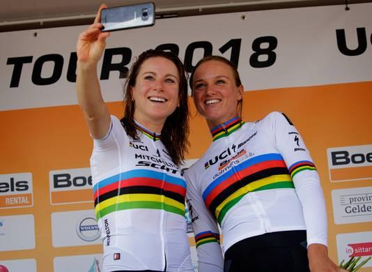 Annemiek van Vleuten (l) en Chantal Blaak