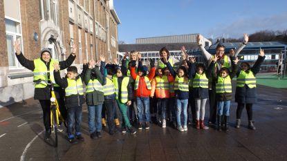 Stad schenkt 1.000 fluohesjes aan leerlingen basisscholen