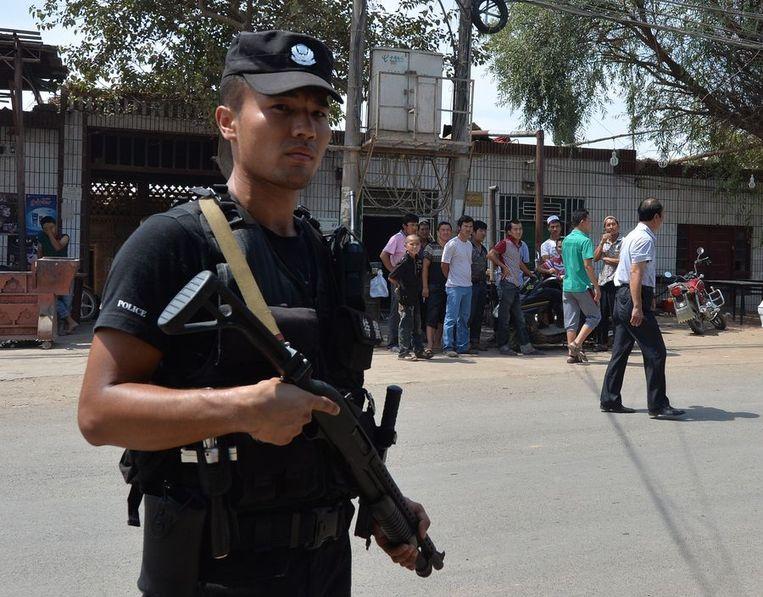 Een Chinese agent patrouilleert in Lukqun Beeld afp